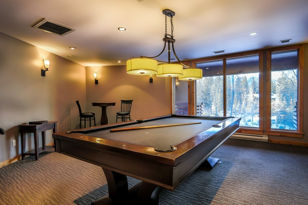 pool table room in Rundle Cliffs Lodge