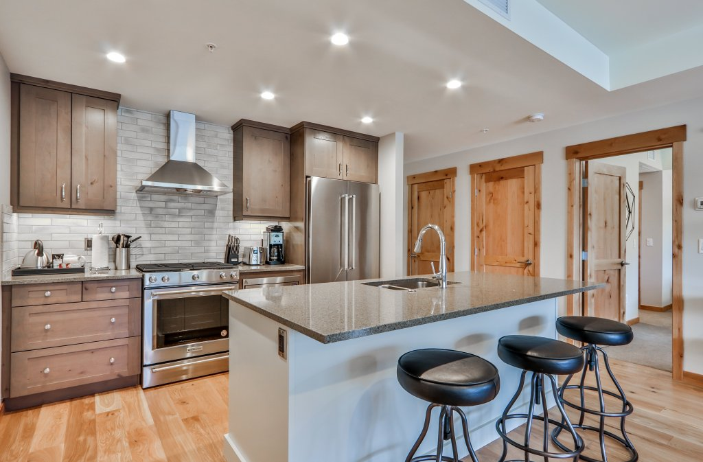 Kitchen with island bar in #313 White Spruce Lodge